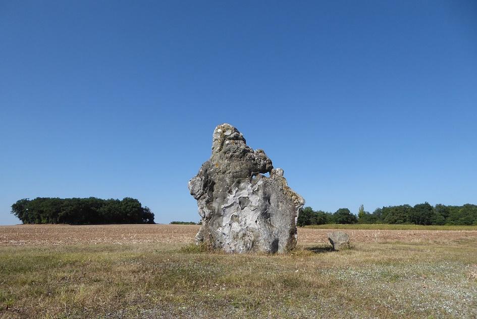 Menhir érigé en l'an 2000 par 200 volontaires à Mévoisins. Hauteur: 4,20 mètres, masse: 10 tonnes.
